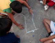 Nens jugant al carrer. http://festivaldejocs.wordpress.com