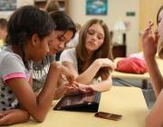 Joves utilitzant tableta i mòbil. Font: NASA Goddard Space Flight Center (Flick)