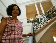 La directora de l'escola a les escales de l'edifici. Font: Zonasec.cat. Autor: Jordi Molina