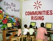 Nens davant d'ordinadors a l'Índia. Font: Communities Rising (flickr.com)