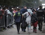 Voluntària d'Oxfam ajudant a persones refugiades. Font: Oxfam Intermon