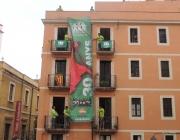 Pancarta commemorativa desplegada a la Plaça de les Cols de Tarragona