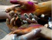 Imatge del cartell de l'exposició, d'unes mans agafades i brutes de pintura