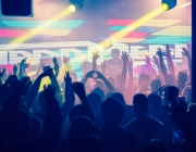El jovent balla a una discoteca en una nit de festa.