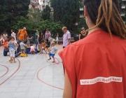 Una animadora mira com juguen els infants