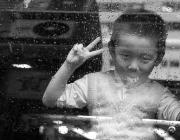 Nen fent senyal de la pau. Font: Ross Pollack (Flickr)