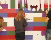 Joves fent un mural