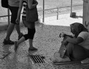 Una dona demanant en un carrer de Lisboa. Font: Wikimedia