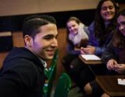 Alumnes entrevistant a persona immigrant
