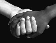 Dues mans. Font: Creative Commons