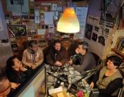 Membres de Ràdio Nikosia realitzant un programa de ràdio Font: Ràdio Nikosia
