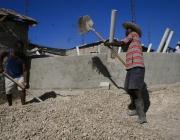 Contruint letrines a Haití. Foto CC d'Oxfam: flickr.com/photos/oxfam/6672380667