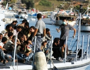 Refugiats en una embarcació. Font: Wikipedia