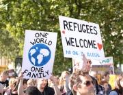 Cartell a favor de l'acollida de refugiats. Font: Ilias Bartolini, Flickr