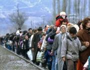 Persones refugiades caminant