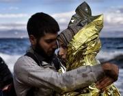 Una parella de refugiats sirians s'abraça tot just arribar a l'illa de Lesbos, a Grècia. Font: Jordi Bernabeu, Flickr