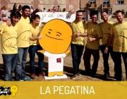 El grup La Pegatina amb una reproducció en cartró de la figura d'en Santi