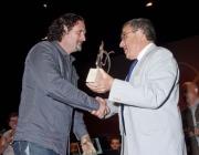 Martí de Joan rep el premi de mans de l'alcalde de Lleida, Àngel Ros (Foto: FSC)