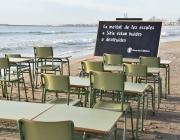 Pupitres abandonats com a símbol a la platja de Sant Sebastià