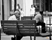 Senyor gran en un banc de Francisco Vargas-Haripako (Flickr)