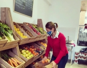 Una sòcia de La Feixa treballant al supermercat Font: La Feixa