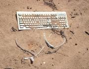 Teclat enterrat a la sorra. Font: Paul Garland (flickr.com)