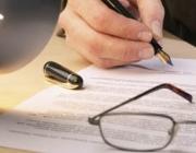 Persona signant un document