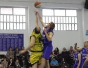 Dos jugadors disputen la pilota en la final del 1r torneig