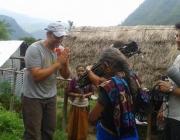 Miguel Ángel Tobías, director del documental, en un rodatge al Nepal. Font: Twitter