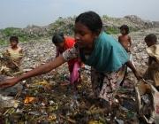 Un prat d'escombraries, en el que juguen nens i nenes (imatge:unicef.org)
