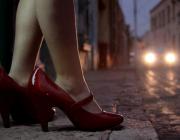 Imatge d'unes sabates de taló en un carrer
