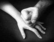 Mà aixafant una altra mà. Font: Concepto Radial