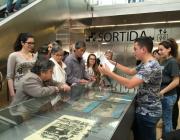 Joves i adults en una visita cultural
