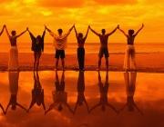 Persones amb les mans enllaçades. Font: xarxanet.org