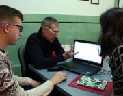 Tres persones fent tasques de voluntariat