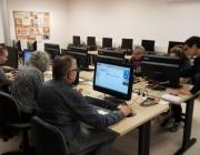 Voluntari TIC de la UPC fent classe a una entitat