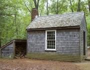 Rèplica de la cabana al llac Walden, on va viure Thoreau. Font: Britannica