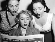 Imatge antiga d'unes dones llegint