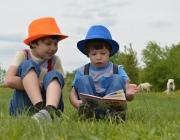 Infants mirant un llibre