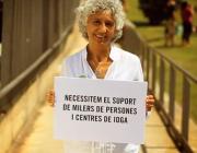 Dona amb cartell del Yoga Day: Necessitem suport!