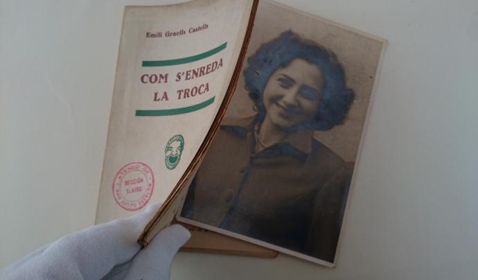 Retrat de Nati Izquierdo dins un llibret de teatre.  Font: Susanna Muriel. Arxiu Fotogràfic de l'Ateneu de Sant Just Desvern.