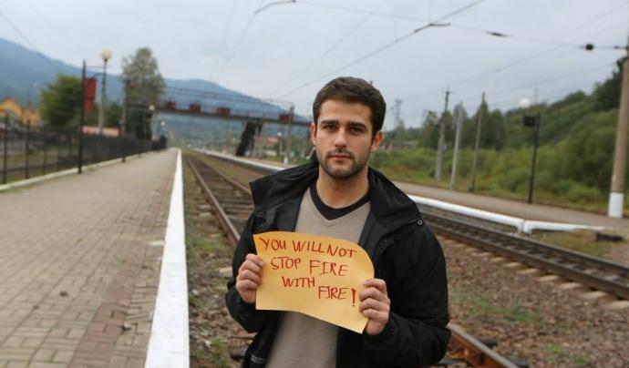 Edouard Portefaix d'Ucraïna amb un cartell que diu en anglès: No parareu el foc amb el foc Font: Youth Peace Ambassadors Network (Facebook)