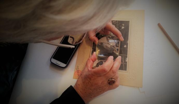 La fascinació en observar els detalls de les fotografies. Font: Susanna Muriel