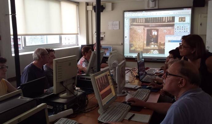 Cura de tractament d'imatge a l'Òmnia de l'Escola d'Adults de la Verneda-Sant Martí Font: Escola d'Adults de la Verneda-Sant Martí (Facebook)