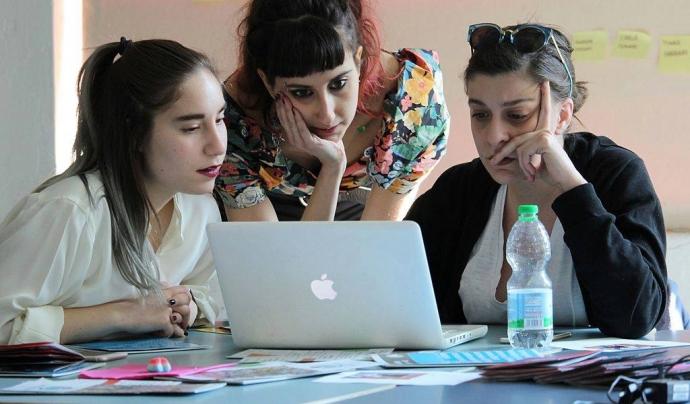 Dones editant la Wikipedia en una trobada. Imatge de Francesca Lissoni amb llicència CC BY-SA 4.0 https://creativecommons.org/licenses/by-sa/4.0/  Font: Francesca Lissoni