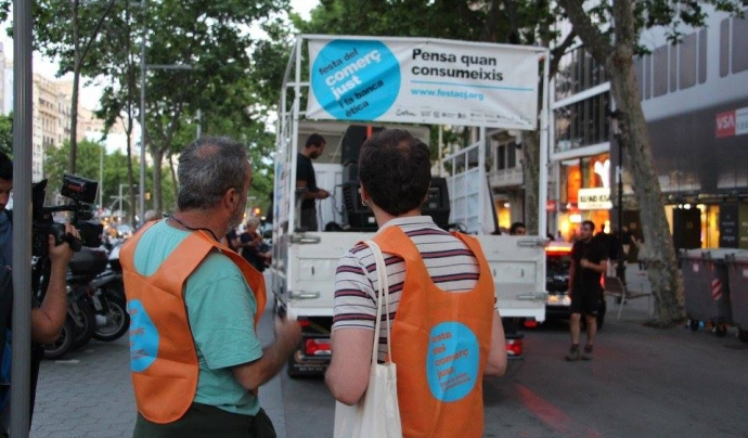 Foto d'una edició anterior de la campanya 'Som comerç just i banca ètica' Font: Setem Catalunya (Facebook)