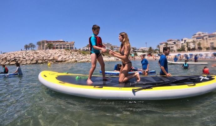 Més que Surf combina les dinàmiques a la sorra i a l'aigua perquè infants amb TEA millorin les seves capacitats. Font: Més que Surf