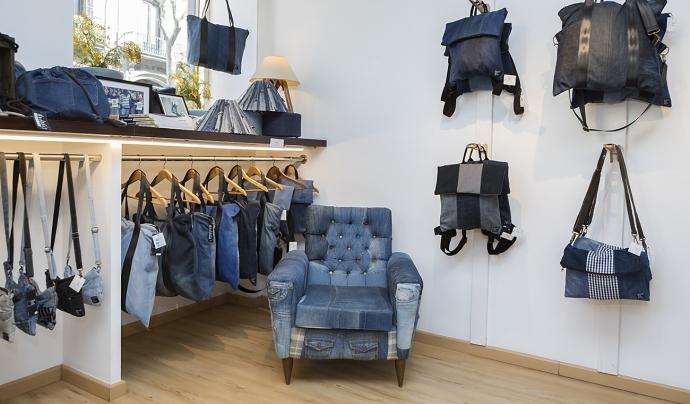 Back to Eco té una botiga física on ven productes fets amb texans reciclats. Font: Back to Eco