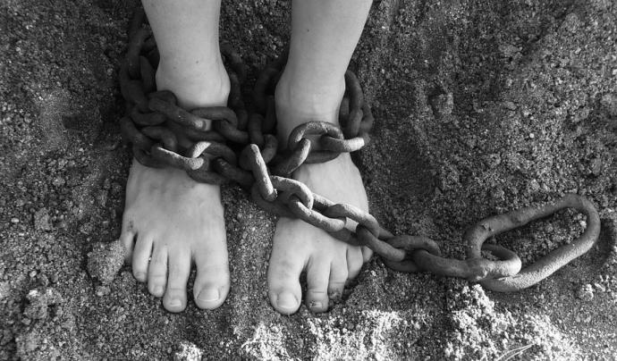 El tràfic d'infants, l'explotació sexual, el treball infantil i el matrimoni forçat són algunes de les moltes manifestacions encara presents d'esclavitud infantil. Font: Pixabay (Llicència CC).