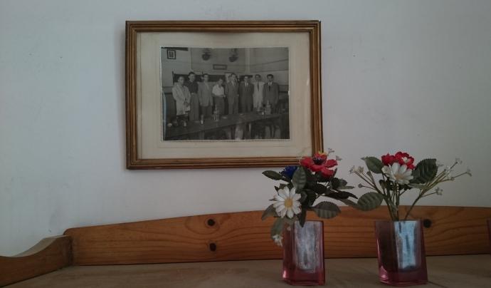 Retrat de membres de la Junta i alguns socis enmarcat a la Sala de Juntes de l'Ateneu de Sant Just Desvern, ca. 1947.  Font: Susanna Muriel. Arxiu Fotogràfic de l'Ateneu de Sant Just Desvern.